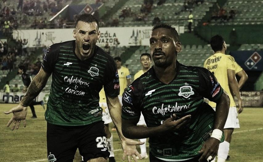 Sebastián Ibars (izquierda) y Bruno ACosta (derecha) celebran el tercer tanto de Cafetaleros. (Imagen: Cafetaleros)