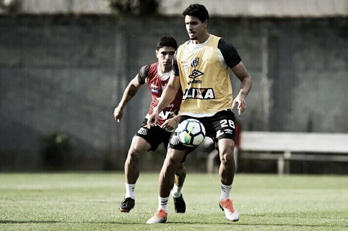 Lucas Veríssimo treina e deve reforçar Santos contra o Corinthians