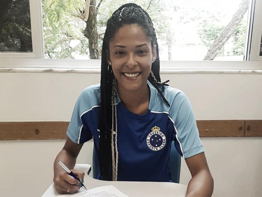 """Raiza é apresentada pelo Cruzeiro e revela: """"É o meu grande sonho"""""""