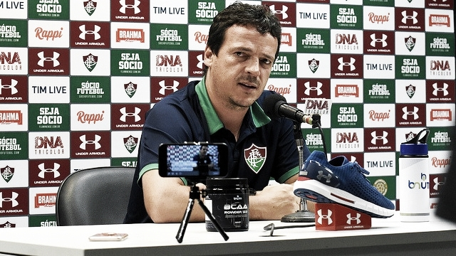 """Mesmo com salários atrasados, Diniz elogia elenco do Fluminense: """"Estão honrando a camisa"""""""