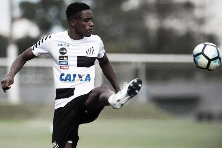 Caju volta ao Brasil para decidir futuro com o Santos