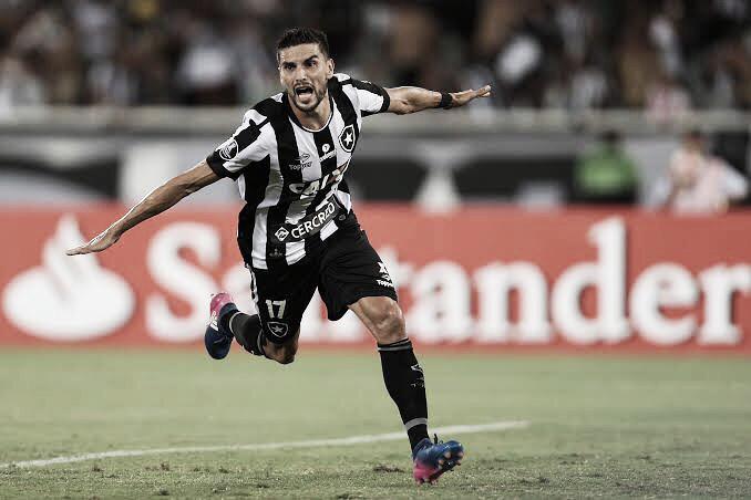 Devendo salários, Botafogo encaminha renovação de Rodrigo Pimpão