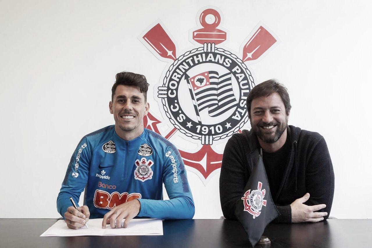 Corinthians oficializa compra de Danilo Avelar por três temporadas