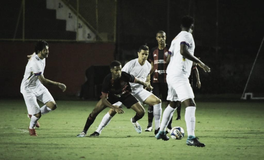 Vitória bate Paraná e deixa zona do rebaixamento da Série B
