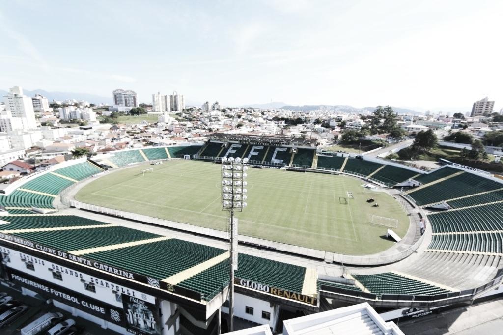 Jogadores do Figueirense embarcam, mas ameaçam W.O. por conta de salários atrasados