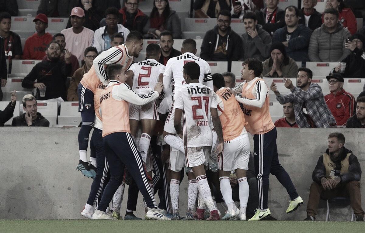 Fora de casa, São Paulo vence Athletico-PR e entra no G-4 do Brasileirão