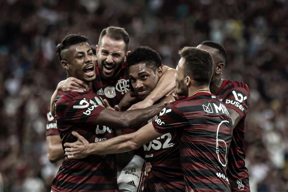 No Maracanã lotado, Flamengo amassa Atlético-MG e abre oito pontos na liderança