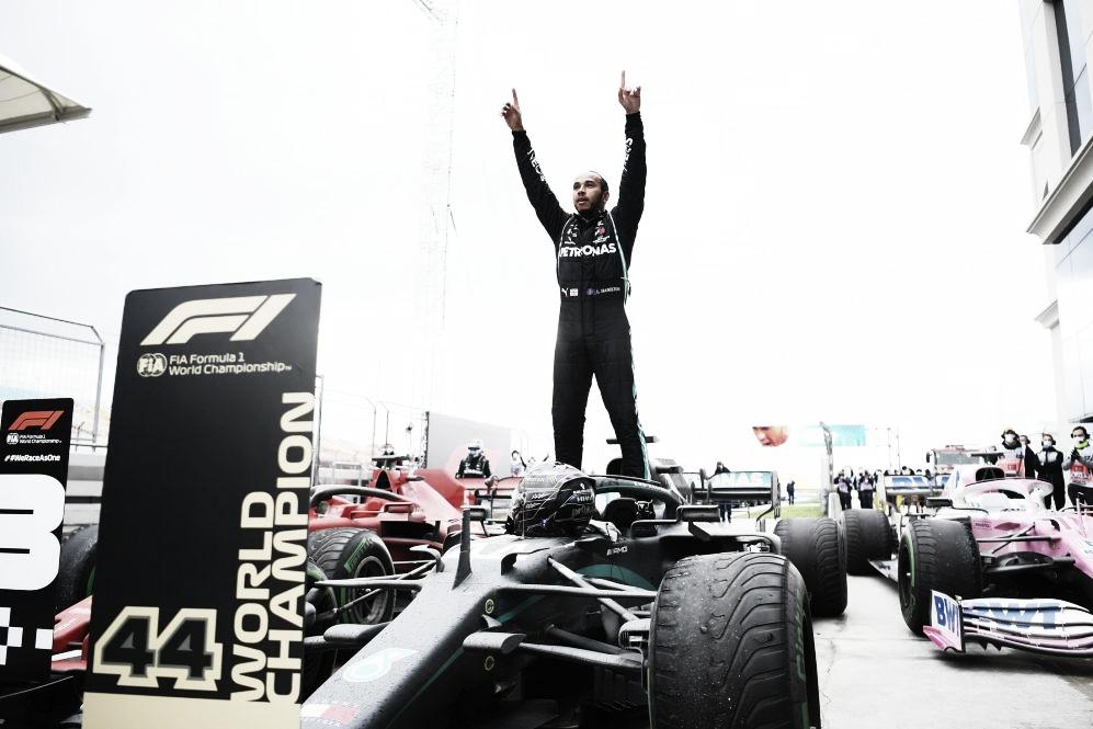 Hamilton celebrando el título y la victoria (Fuente: F1.com)