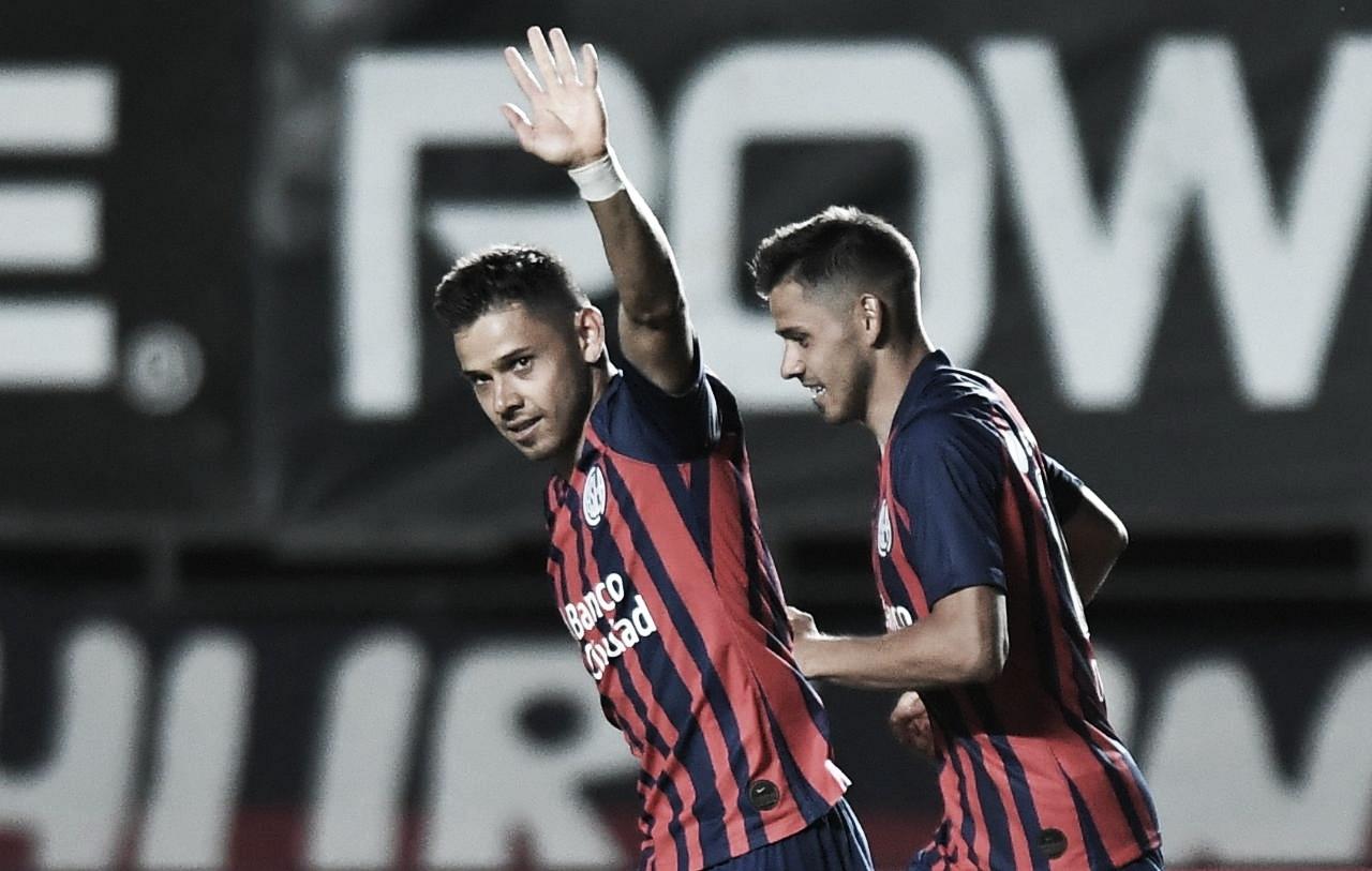 Angel Romero (izquierda) celebrando su gol de tiro libre frente a Argentinos Juniors.