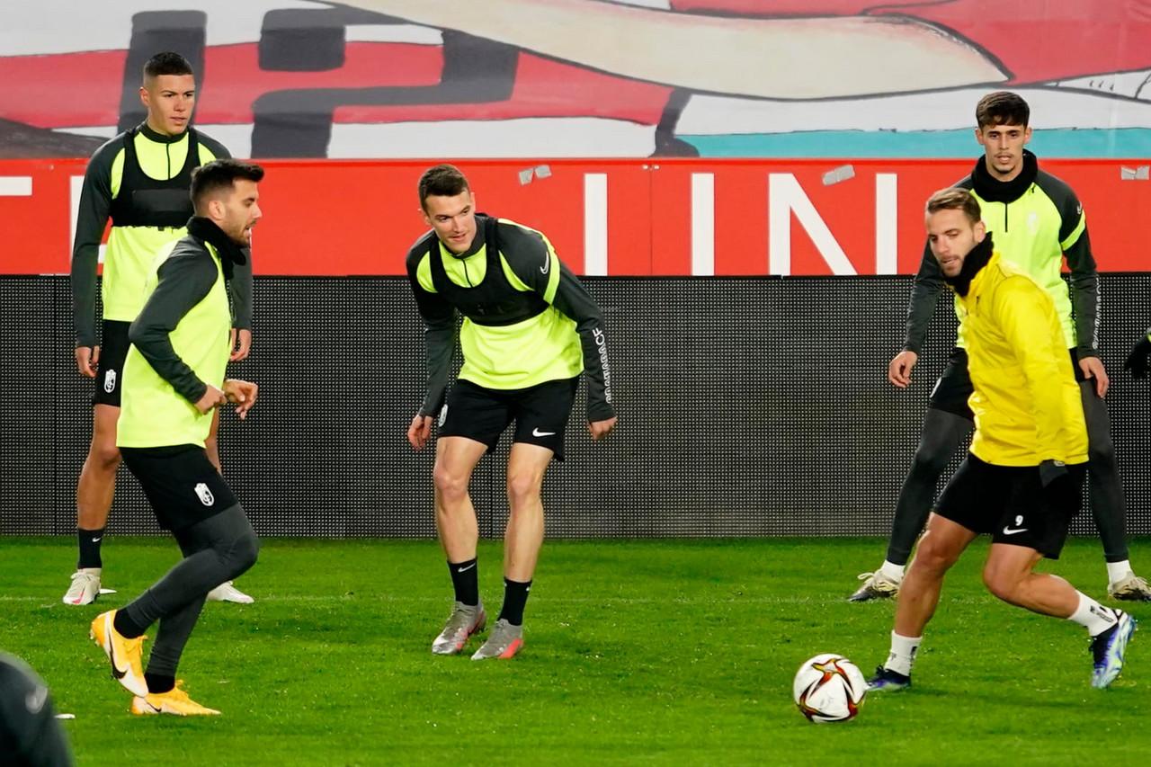 Adrián Marín, novedad en la convocatoria del Granada CF para medirse al Levante