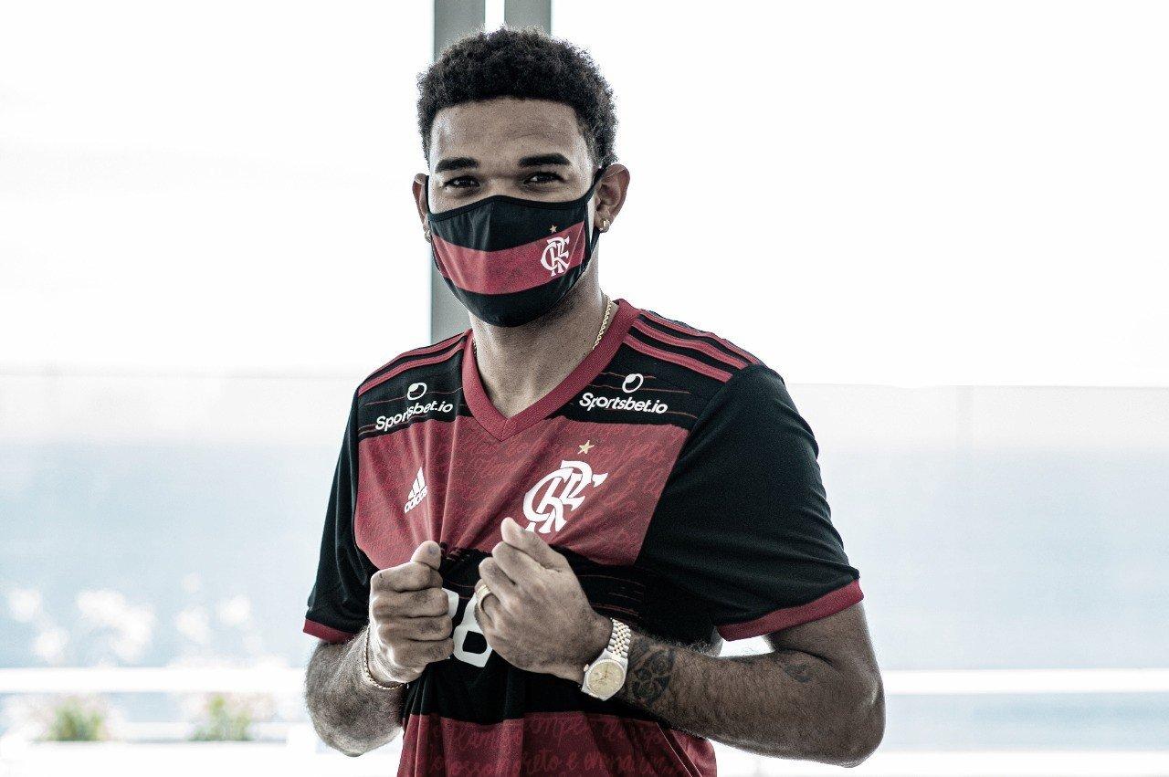 Flamengo oficializa contratação de zagueiro Bruno Viana, ex-Braga