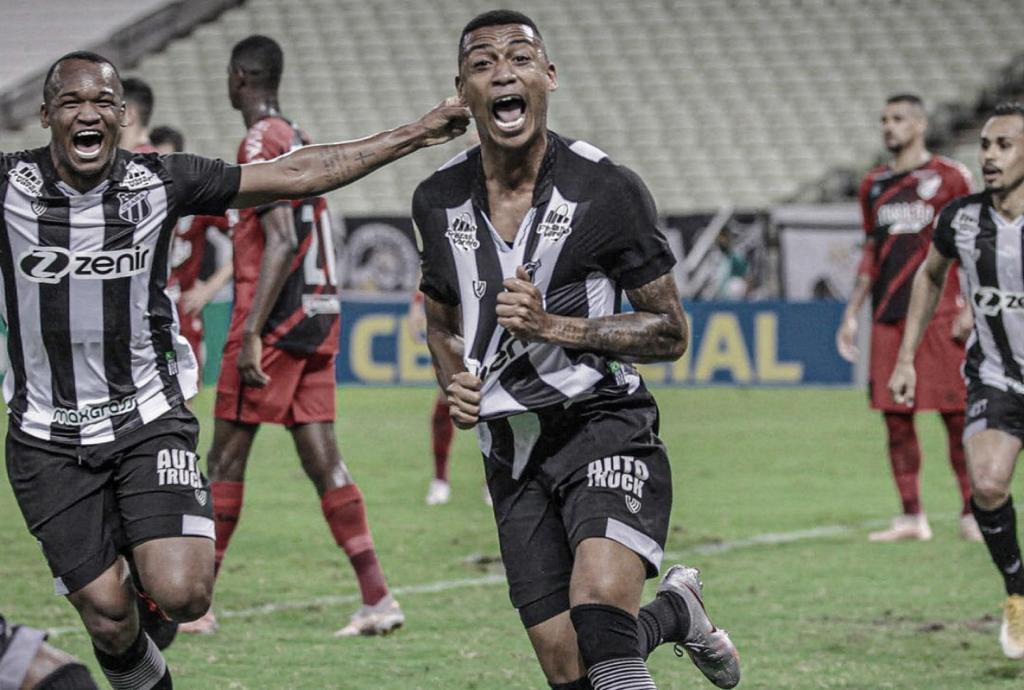 Wendson marca no fim, e Ceará bate Athletico na Arena Castelão