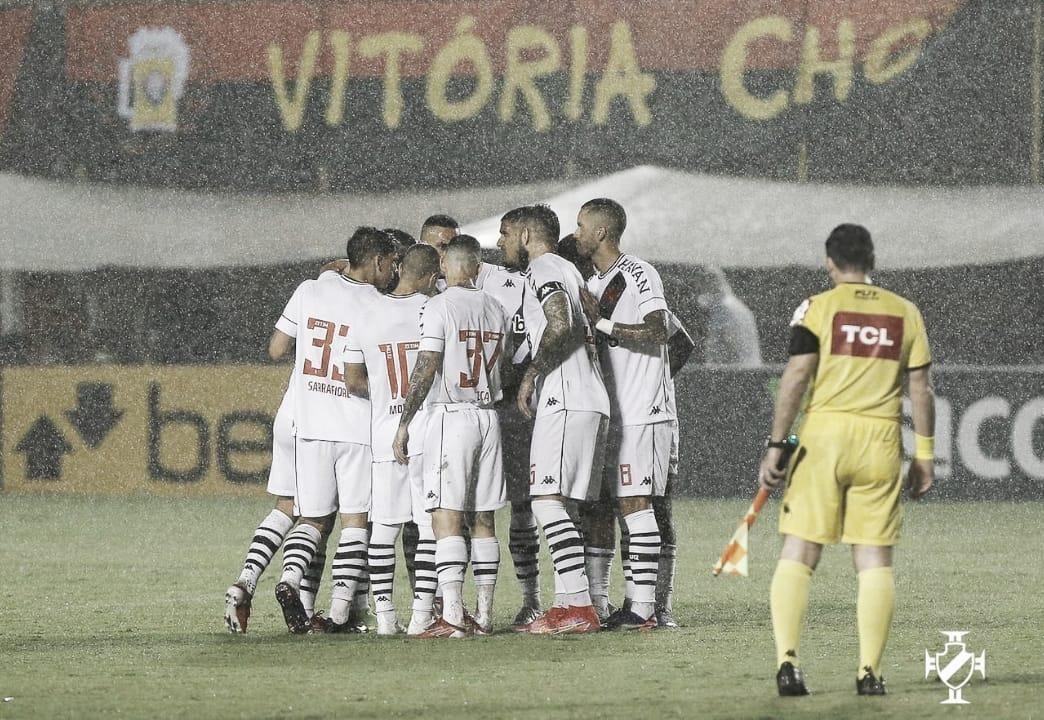 Em jogo com mais de uma hora de paralisação, Vasco derrota o Vitória no Barradão