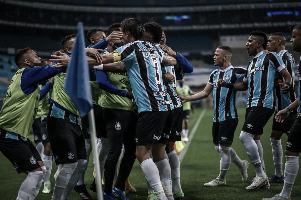 Grêmio vira sobre Chapecoense e conquista primeira vitória em casa no Brasileirão