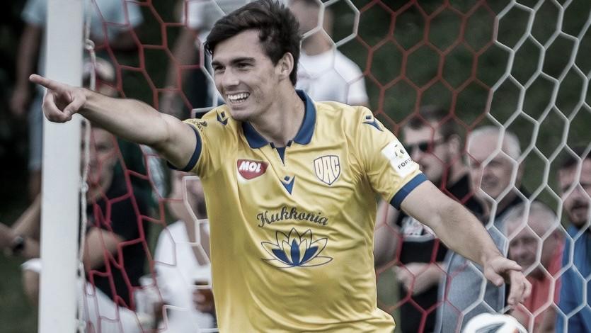 Lateral Mateus Brunetti comemora primeiro gol na Europa e visa título pelo FC DAC, da Eslováquia