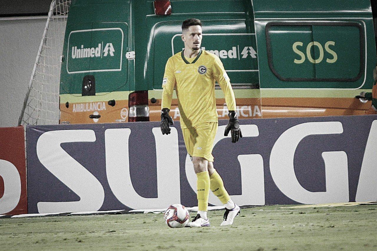 Goleiro com menos gols sofridos na Série B, Tadeu avalia primeiro turno do Goiás