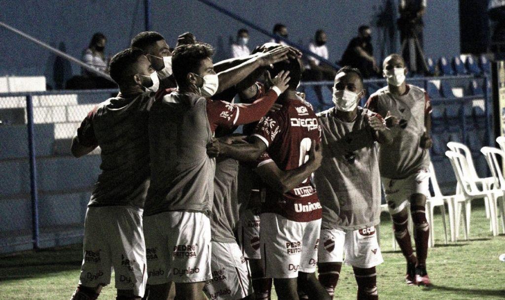 Com gol de Clayton, Vila Nova bate Náutico e se afasta do Z-4 da Série B