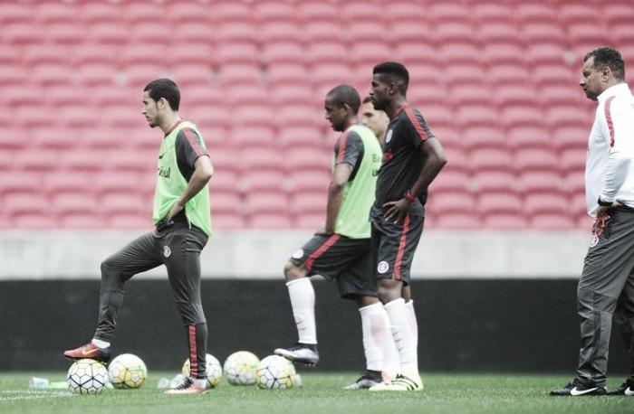 No último treino antes do jogo pela Copa do Brasil, Celso Roth escala Inter com cinco titulares