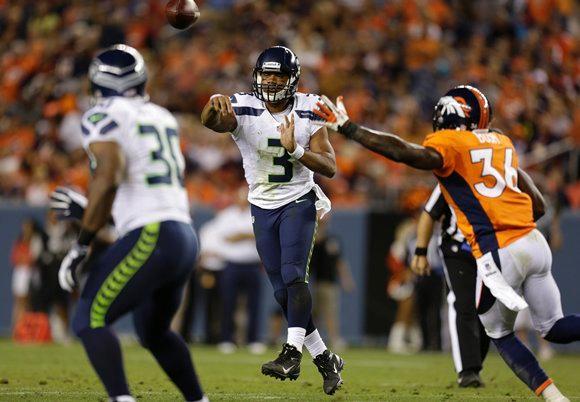 Russell Wilson toma los mandos para coronarse en el nuevo hogar de Peyton Manning