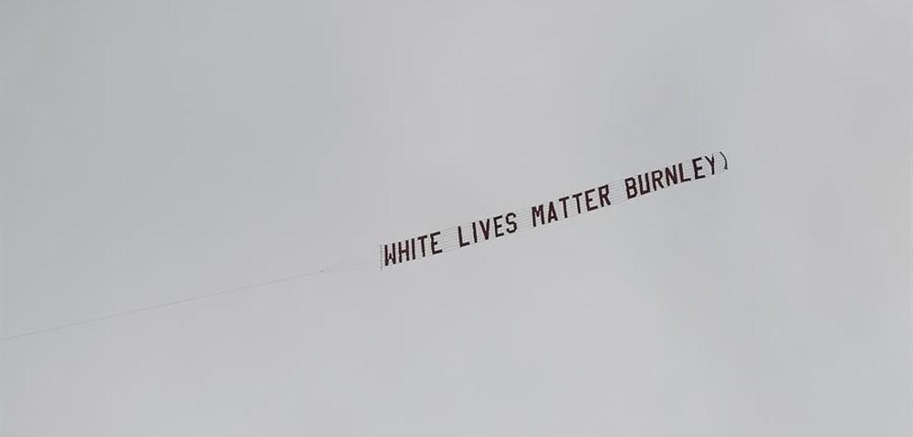 Avião sobrevoa estádio do City com mensagem 'Vidas brancas importam' atribuída ao Burnley; clube condena ação