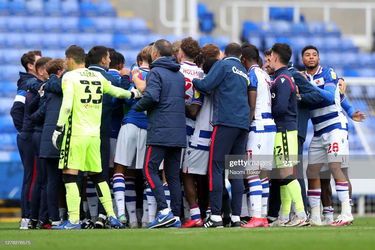 READING, ENGLAND - OCTOBER 03: Reading players and staff form a team huddle following the Sky Bet Championship match between Reading and Watford at Madejski Stadium on October 03, 2020 in Reading, England. Sporting stadiums around the UK remain under strict restrictions due to the Coronavirus Pandemic as Government social distancing laws prohibit fans inside venues resulting in games being played behind closed doors. (Photo by Naomi Baker/Getty Images)