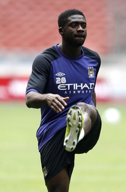 Kolo Touré da su medalla de la Community Shield al público