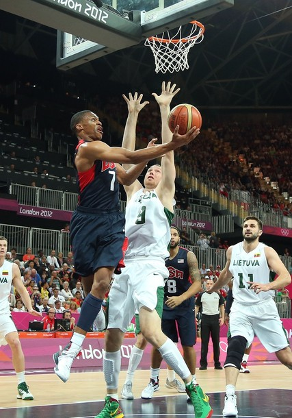Estados Unidos sufre para vencer a Lituania (94-99)
