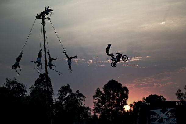 Red Bull X-Fighters danzan en el aire