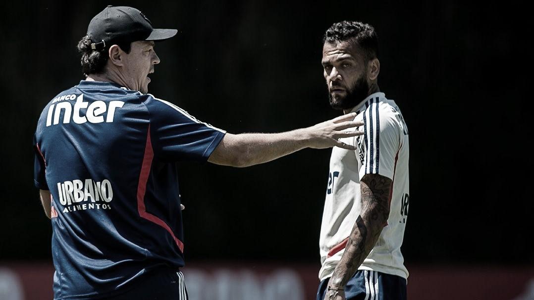 """Daniel Alves rasga elogios ao técnico Fernando Diniz: """"Muito mais moderno"""""""