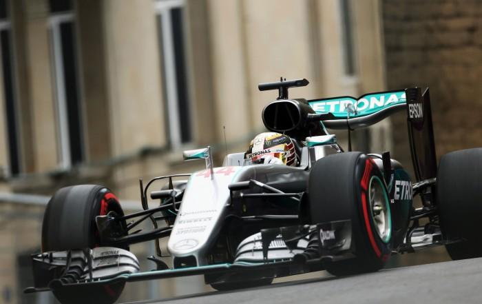 Lewis Hamilton domina treinos de sexta-feira em Baku