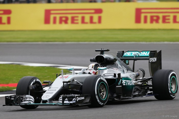 Hamilton domina sexta-feira em Silverstone e Rosberg enfrenta problemas