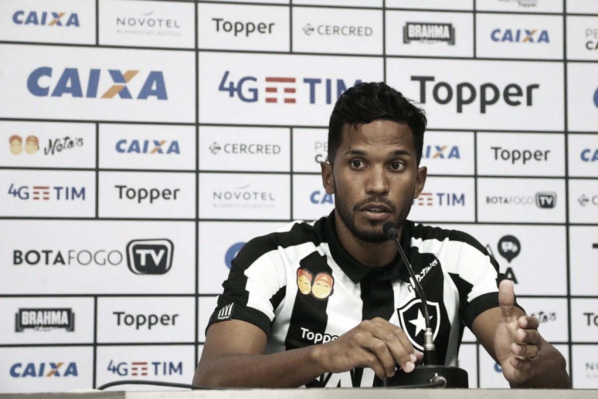 Em apresentação oficial, zagueiro Yago já projeta permanência no Botafogo após empréstimo