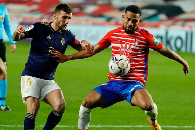 Yangel Herrera pugna un balón con Oier. Foto: Granada CF