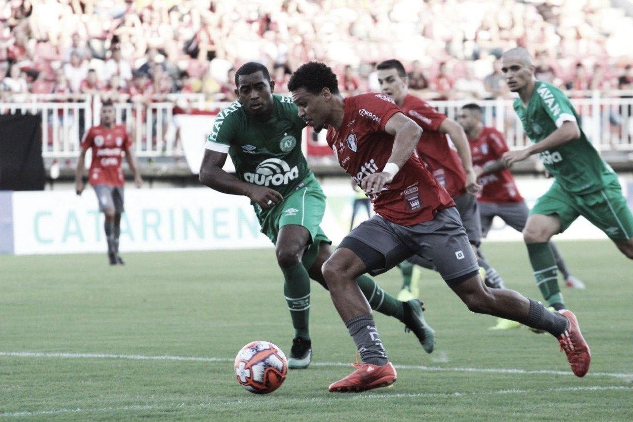 Chapecoense vence Joinville e assume liderança provisória no Catarinense