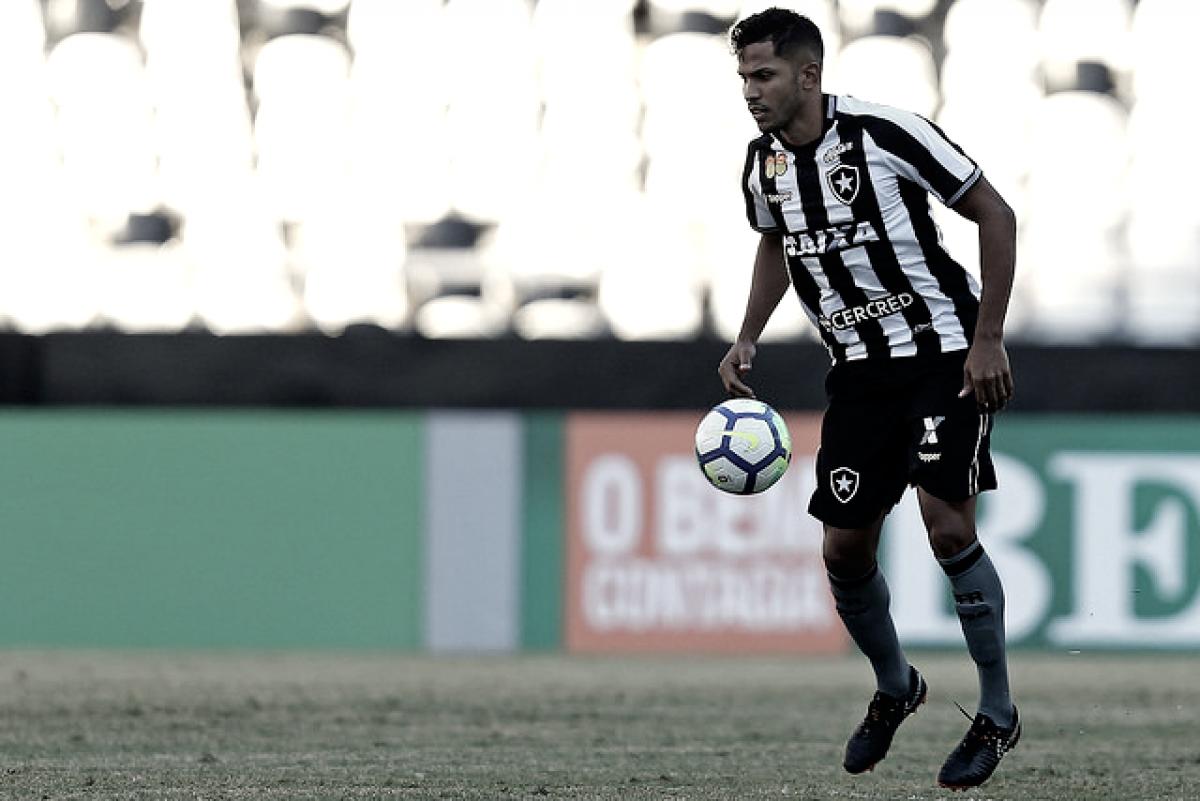 """Yago avalia estreia pelo Botafogo: """"Estava preocupado, mas foi tudo bem, saio feliz"""""""