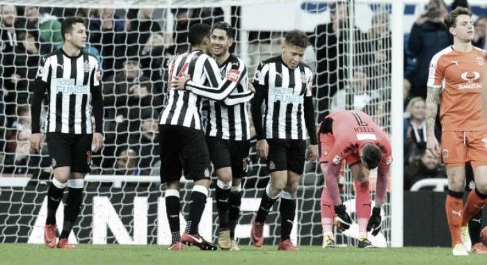 Newcastle vence líder da quarta divisão; Bournemouth e Leicester terão que enfrentar o replay